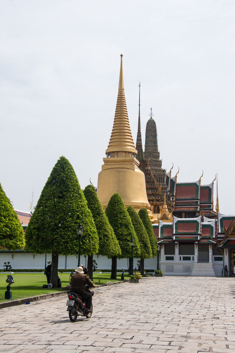 Entering the Wat Phra Kaew complex